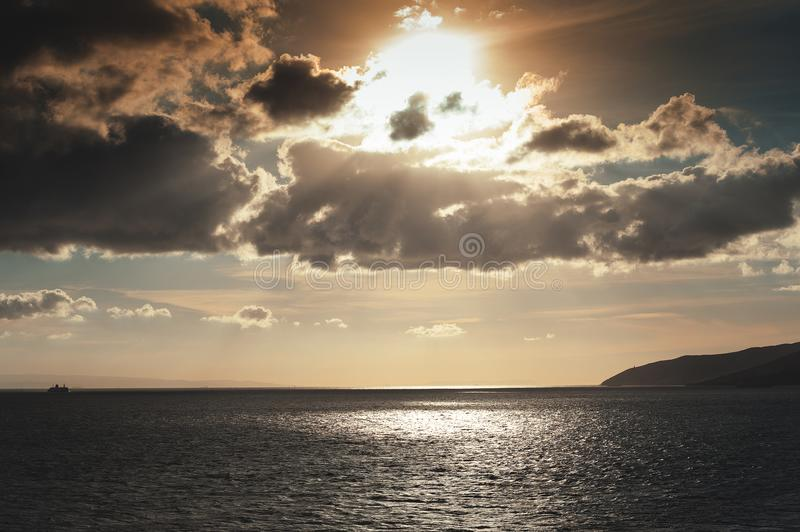Molnig solnedgång över fjärden av Gibraltar, medelhav arkivfoto