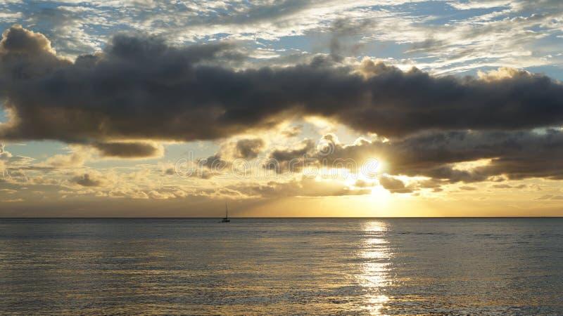 Molnig solnedgång. royaltyfri bild