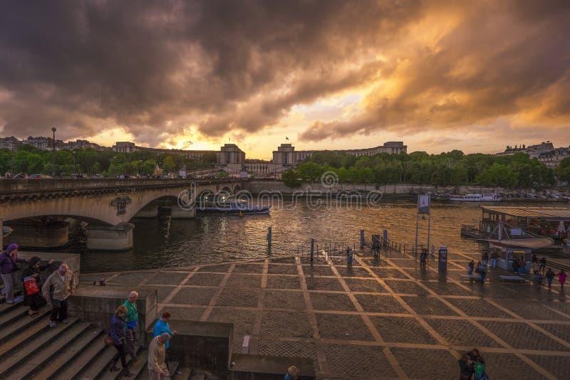 Molnig solnedgång i Paris, Frankrike royaltyfria bilder