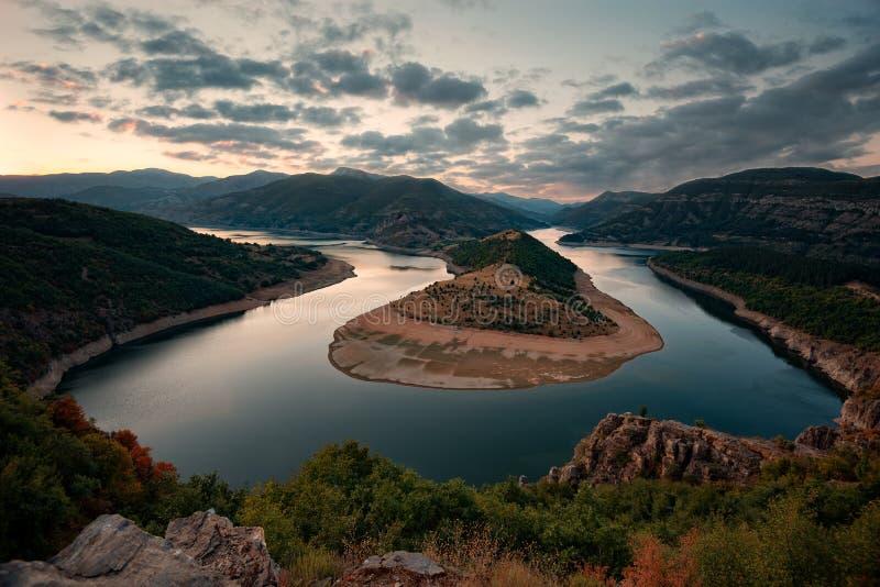 Molnig solnedgång på Arda River, Bulgarien arkivfoton