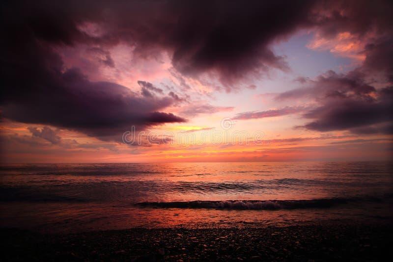 Molnig solnedgång på en Lake Erie strand royaltyfri foto