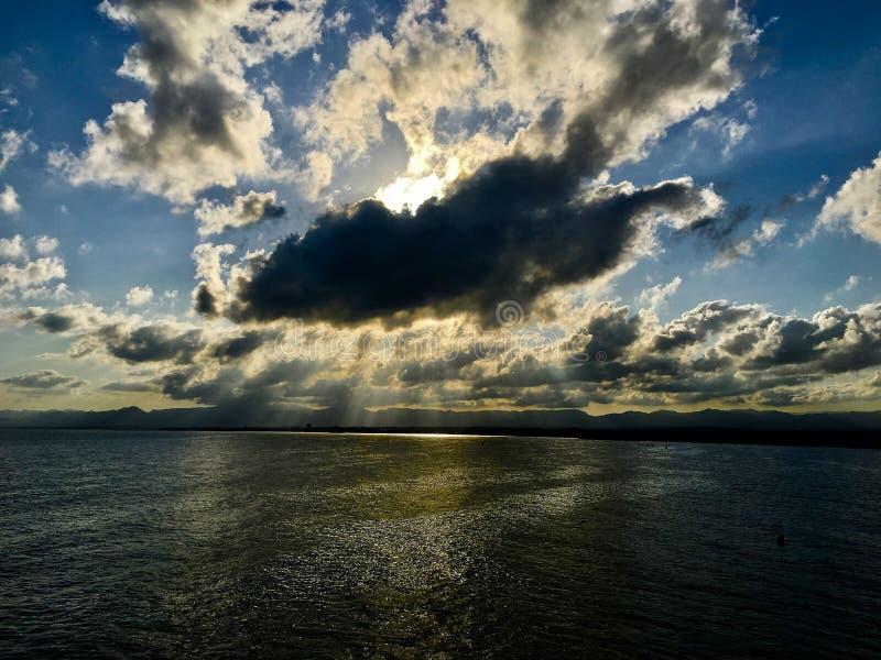 Molnig solnedgång på Salou fotografering för bildbyråer