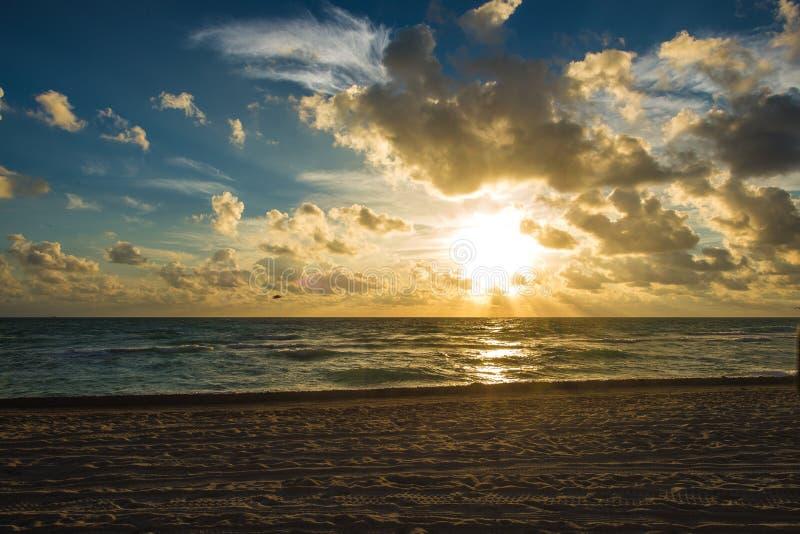 Molnig soluppgång på Miami Beach royaltyfria foton