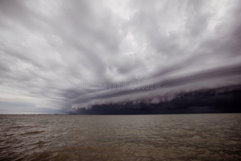 Molnig storm i havet för regnet trombstormmoln ovanför havet Monsunsäsong Orkan Florence royaltyfri fotografi