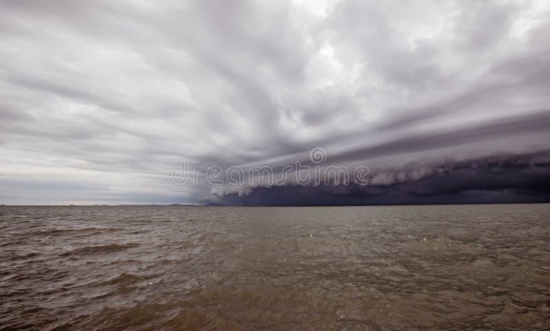 Molnig storm i havet för regnet trombstormmoln ovanför havet Monsunsäsong Orkan Florence orkan katrina royaltyfria bilder