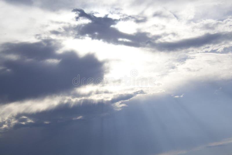 Molniga himlar i solskendag arkivbilder