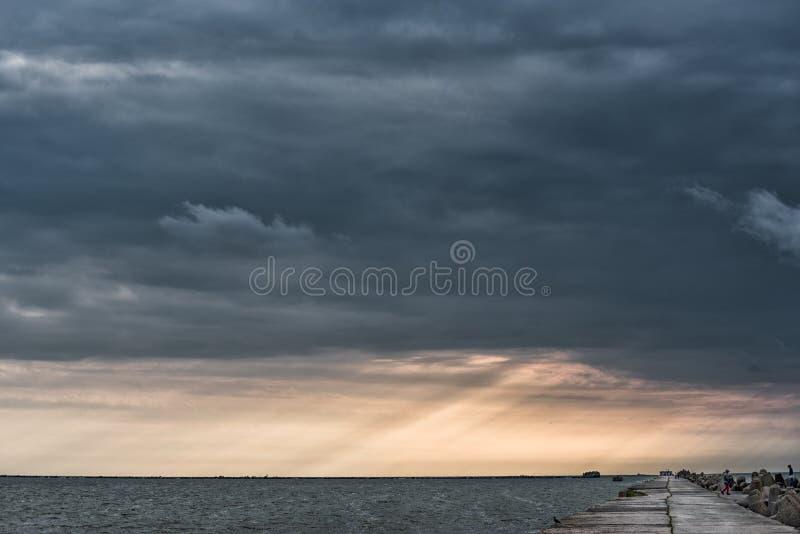 Molniga och stormiga moln ovanför Östersjön i Lettland baltiska estonia nära havssomethere tallinn Aftonfotofors royaltyfria foton