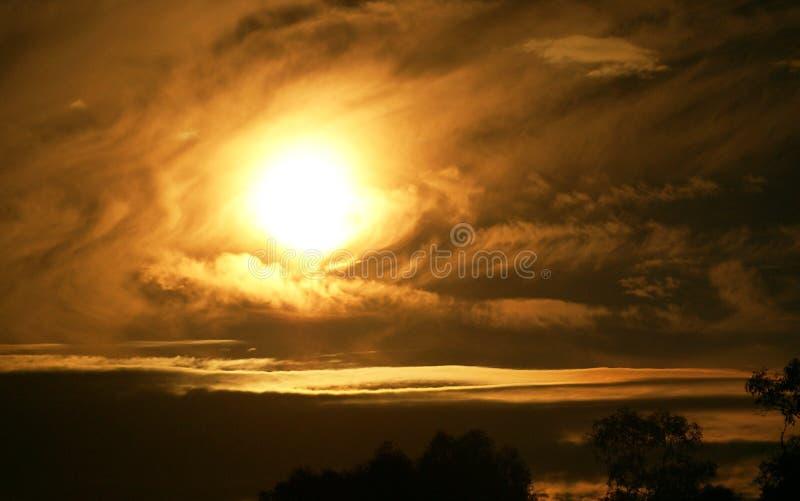 Molniga solnedgångvågor förbi havet arkivfoto