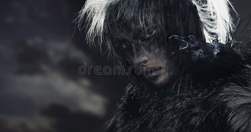 molnigt över korpsvart skykvinna royaltyfria foton