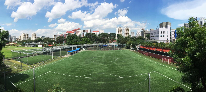 Molnigt fotbollfotbollfält Singapore arkivbilder