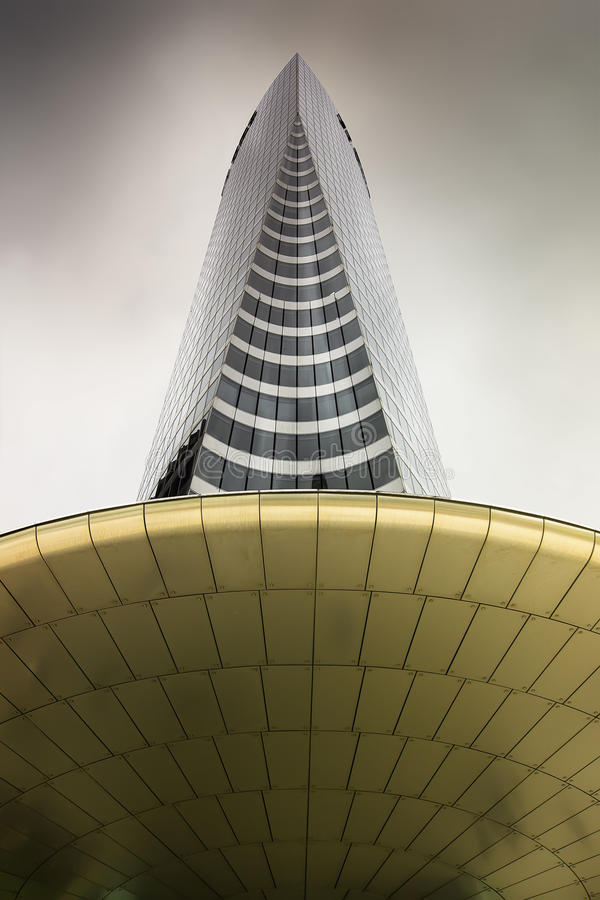 molnigt glass skyskyskrapastål arkivfoto