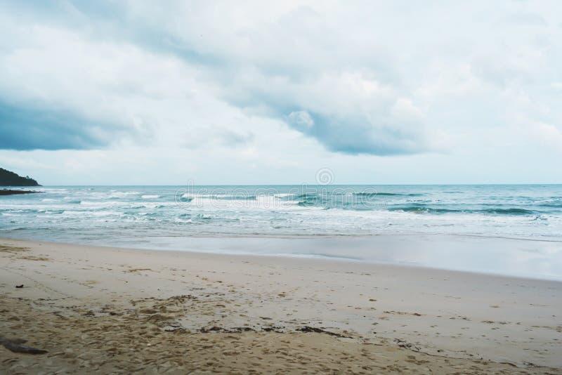 Molnigt med seascape och stranden i tropiskt royaltyfri foto