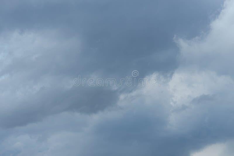 Molnigt stormigt i den regniga säsongen arkivfoto
