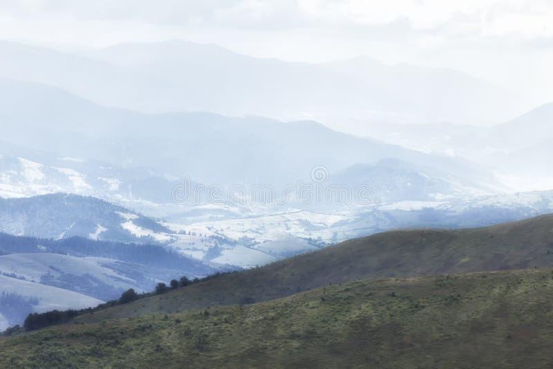 Molnigt väder i ukrainaren Carpathians, dimma stiger från skogen fotografering för bildbyråer