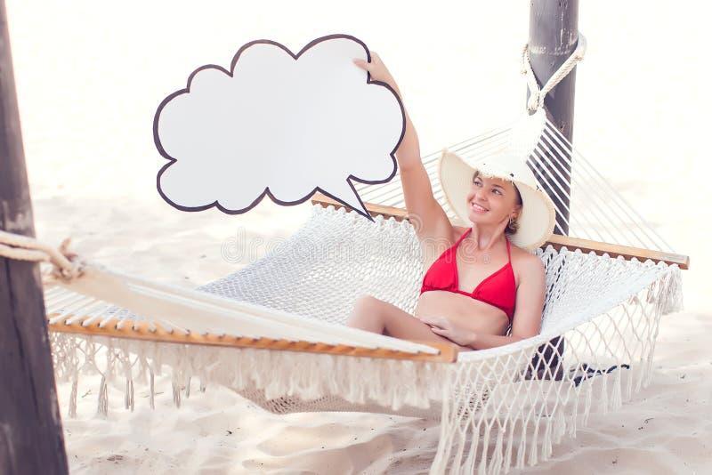 Molnlagring, lopp, sommarbegrepp Moln för kvinnainnehavpapper fotografering för bildbyråer