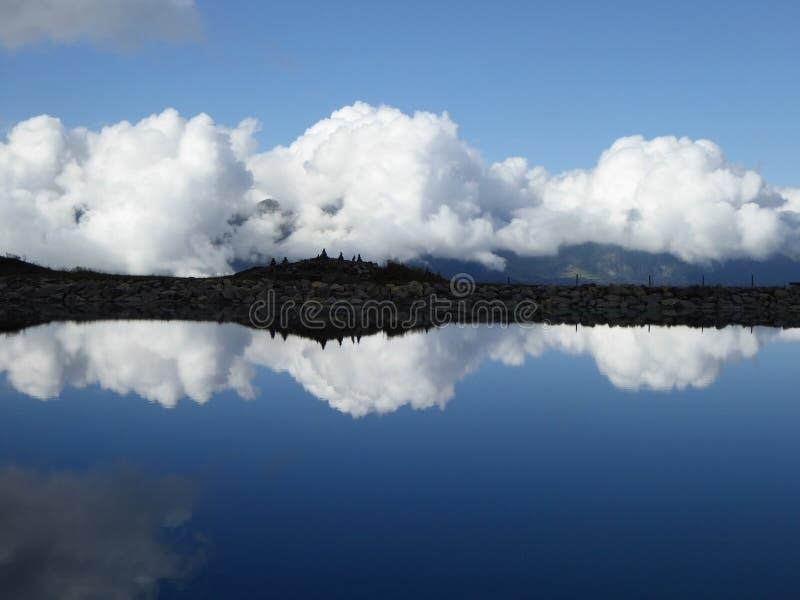 Molnreflexion in i sjön royaltyfri fotografi