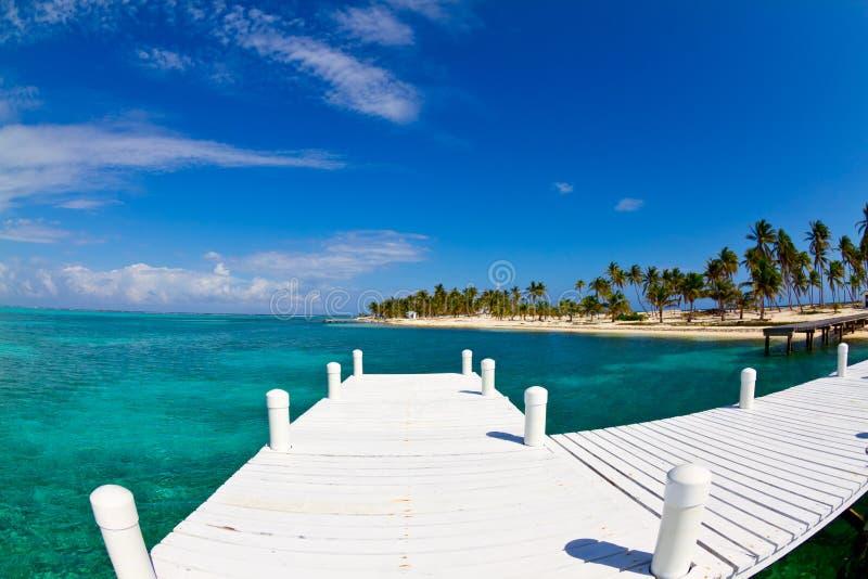 Molo bianco ad un'isola tropicale fotografia stock