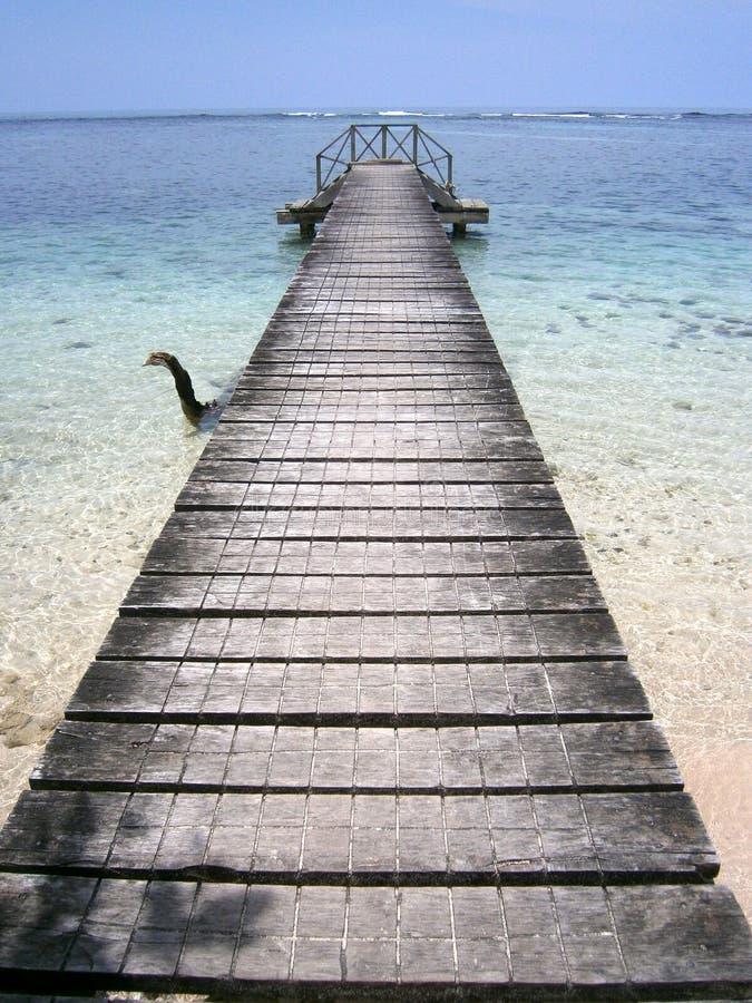 Molo bieg obok kryształu - jasna woda zdjęcia stock