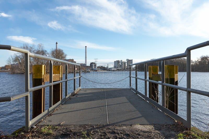 Molo brama przy wschodem słońca na rzece Obniża szczegół perspektywę - Berlin - przemysł w tle - zdjęcia royalty free