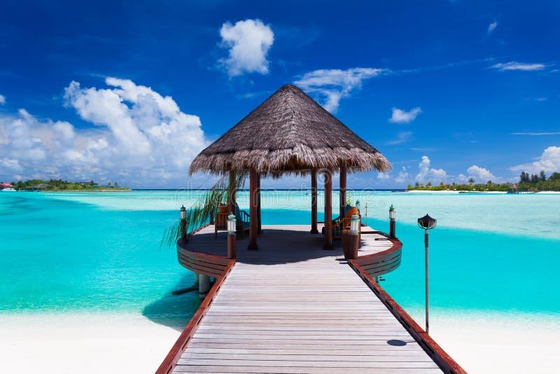 Molo con la vista di oceano sull'isola tropicale immagini stock libere da diritti