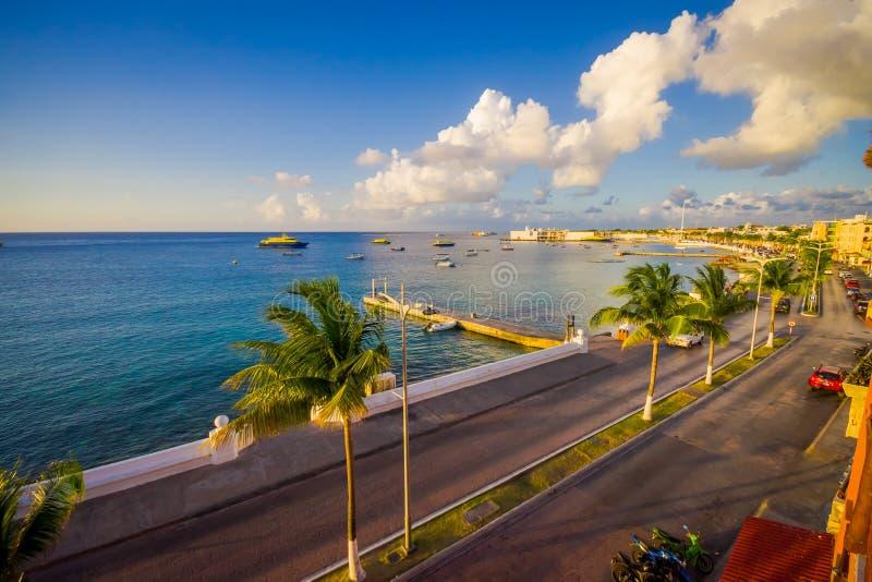 Molo Cozumen wyspa, zaludnia zazwyczaj spacery wokoło i cieszy się widok piękny zachód słońca obraz royalty free