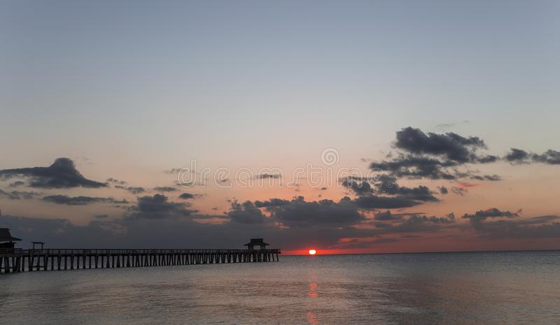 Molo del pilastro al tramonto a Napoli, forida, S.U.A. immagine stock libera da diritti