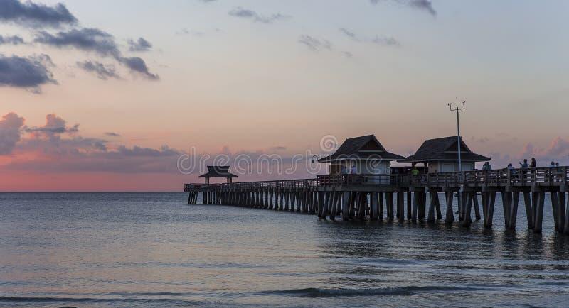 Molo del pilastro al tramonto a Napoli, forida, S.U.A. fotografia stock libera da diritti
