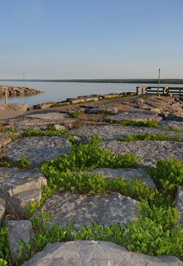 Molo della roccia del lago cayuga al parco di stato lungo del punto immagini stock libere da diritti