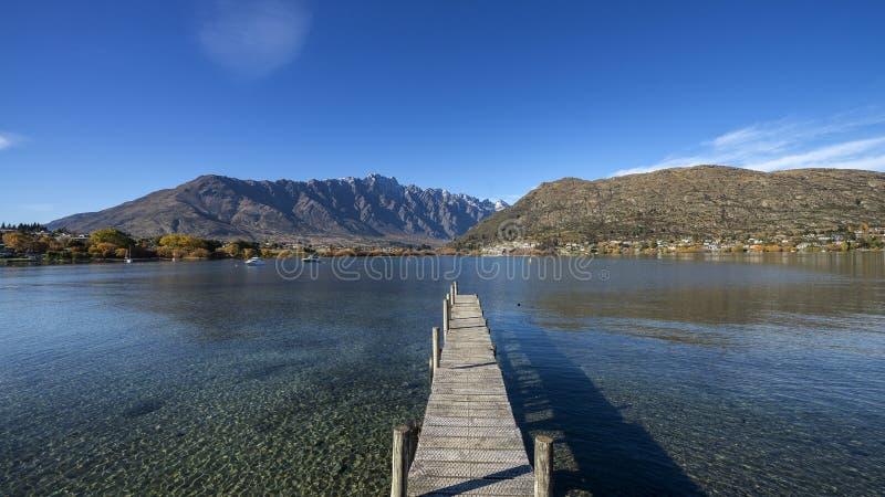 Molo di legno basso in Frankton, vicino a Queenstown, Otago, isola del sud, Nuova Zelanda fotografia stock libera da diritti