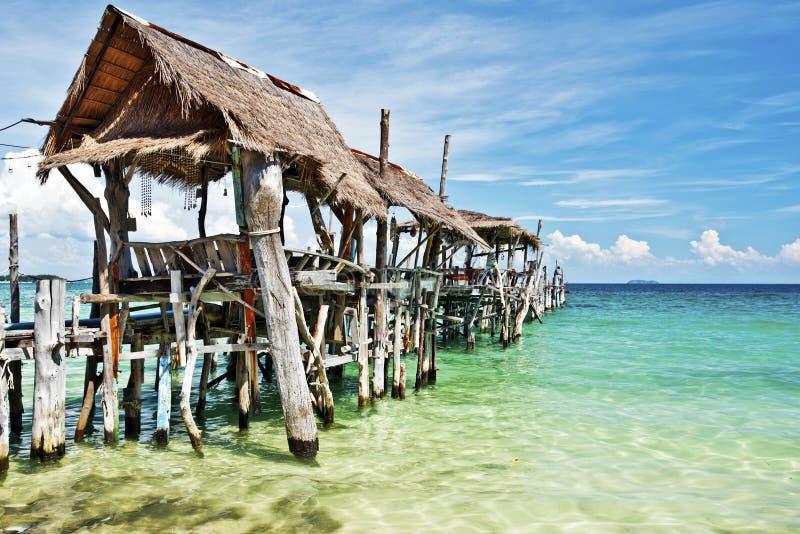 Molo di legno in spiaggia tropicale dell'isola di Ko Samet fotografia stock libera da diritti