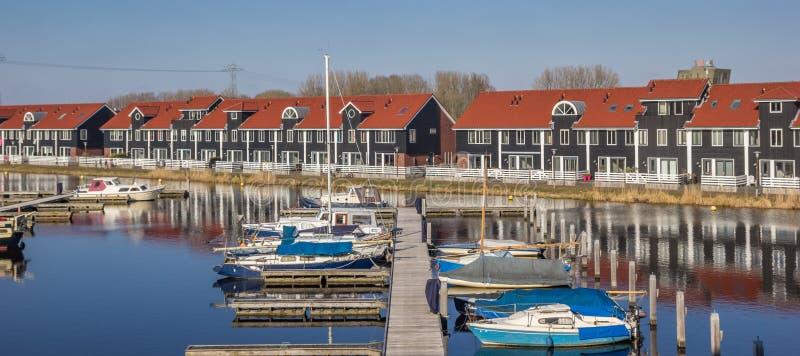 Molo e barche al Reitdiephaven in Groninga fotografie stock libere da diritti