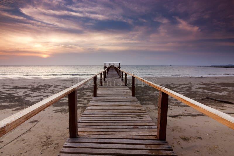 Molo e tramonto ad una spiaggia in Sabah, Malesia fotografie stock