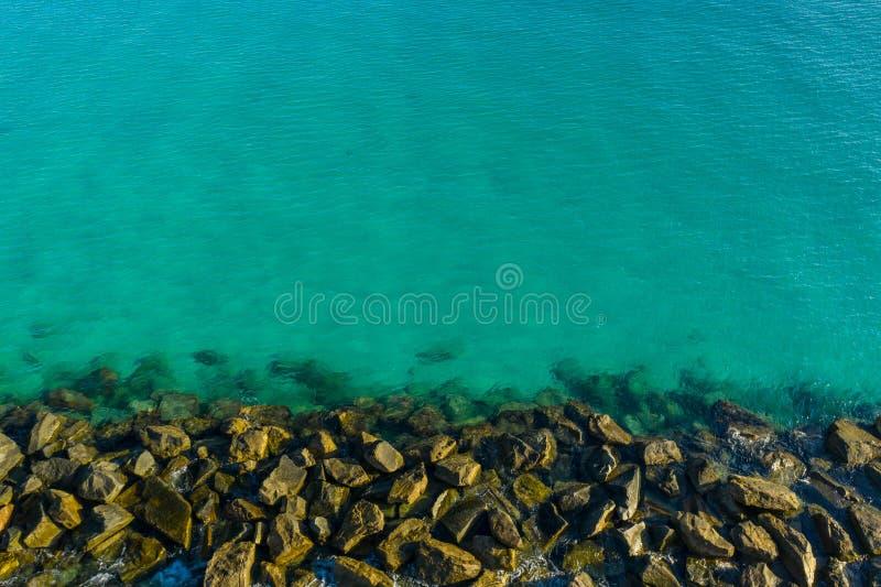 Molo ed acqua della roccia immagine stock