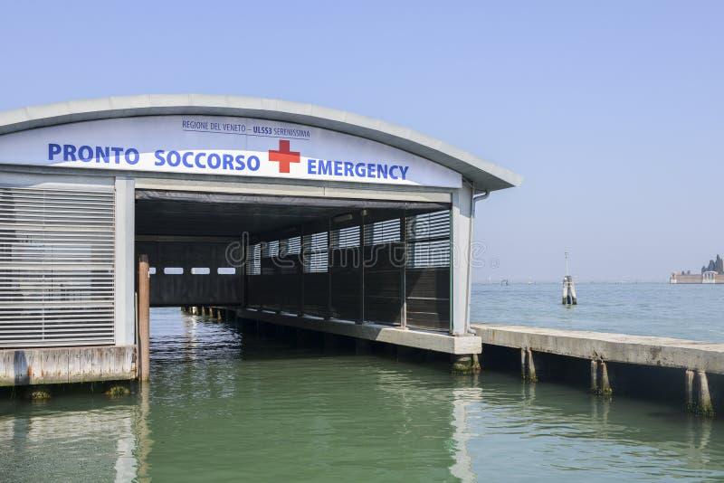 Molo hangar na wodzie otrzymywać pacjentów niedaleki szpital zdjęcia royalty free