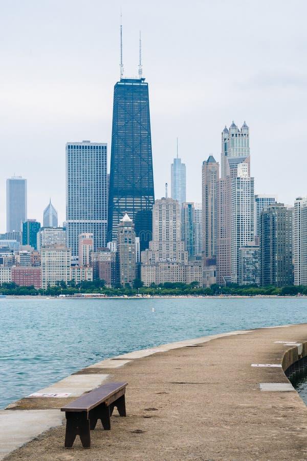 Molo i Chicagowski linia horyzontu przy Północną alei plażą w Chicago, Illinois zdjęcie royalty free