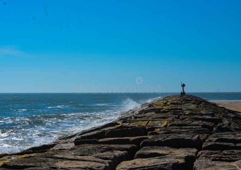Molo lungo la spiaggia fotografie stock