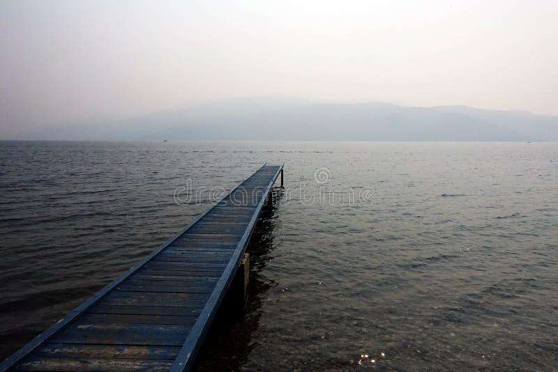 Molo na mgłowym chmurnym dniu fotografia stock