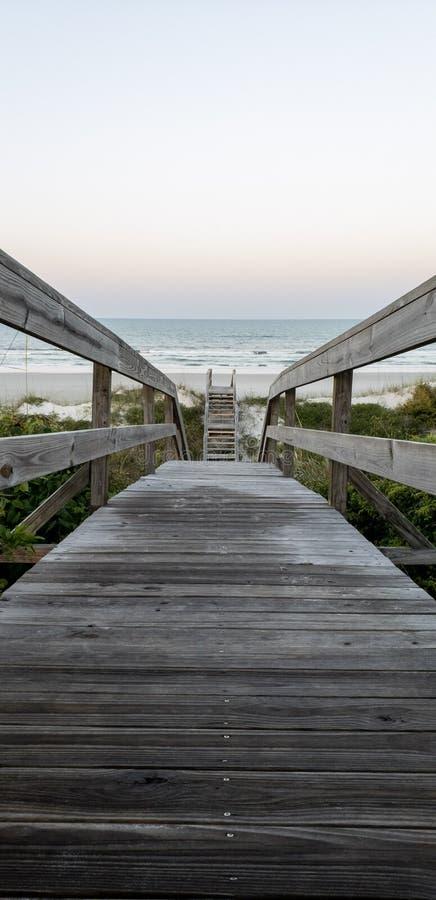 Molo prowadzi St Augustine, Floryda plaża fotografia royalty free