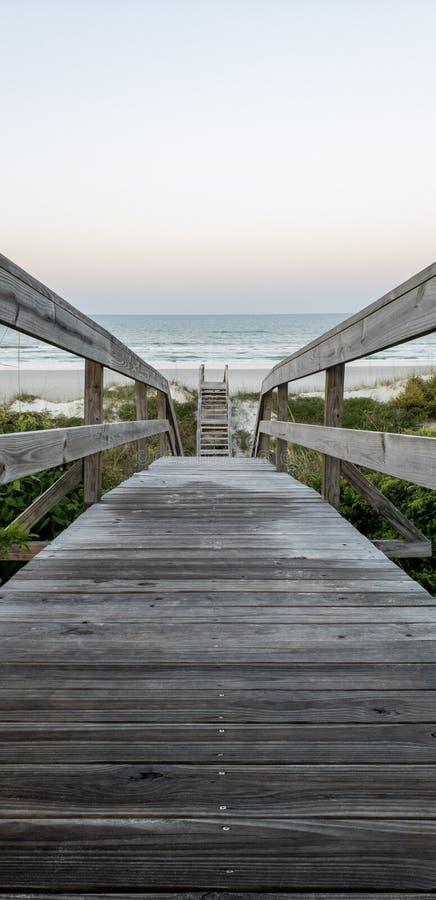 Molo prowadzi St Augustine, Floryda plaża fotografia stock