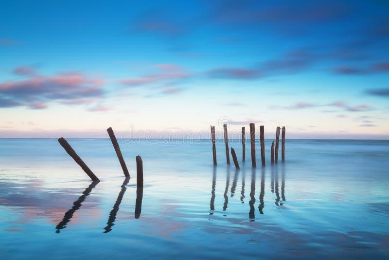 Molo romantico a Auckland di bello pilastro della Nuova Zelanda su alba con il cielo rosa della nuvola Paesaggio di ESTATE immagine stock libera da diritti
