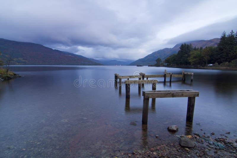 Molo rovinato all'alba, Loch Lomond, Scozia immagine stock