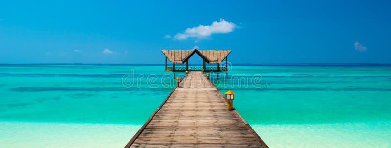 Molo su una spiaggia tropicale fotografia stock