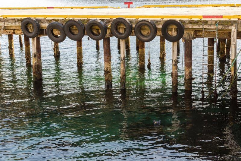 Molo wykładał z oponami jako fenders dla łodzi dokuje na one, Harstad w Norwegia obrazy royalty free