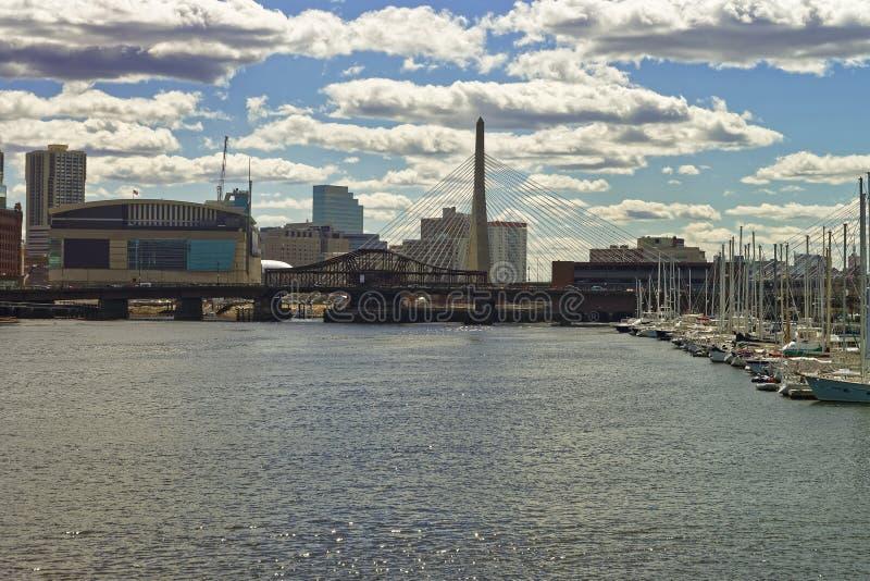 Molo z żaglówkami w Charles rzece Bridżowy Boston i Zakim obraz stock