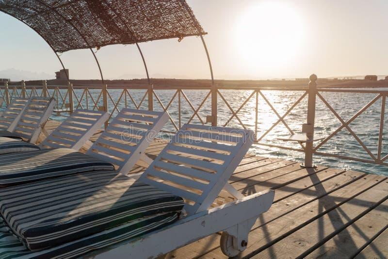 Molo z bryczek longues w morzu w kurorcie przy zmierzchem katya lata terytorium krasnodar wakacje Widok przy jasnym morzem z turk fotografia stock