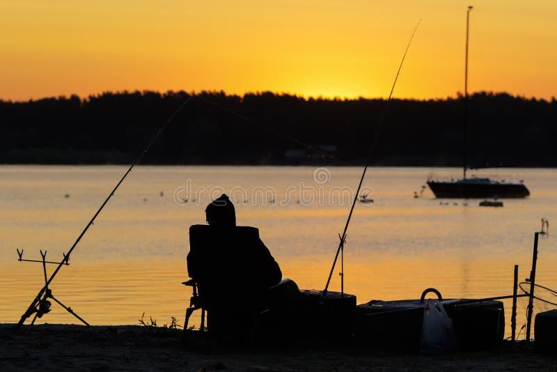 Molo z rybakami przy wschód słońca zdjęcia stock