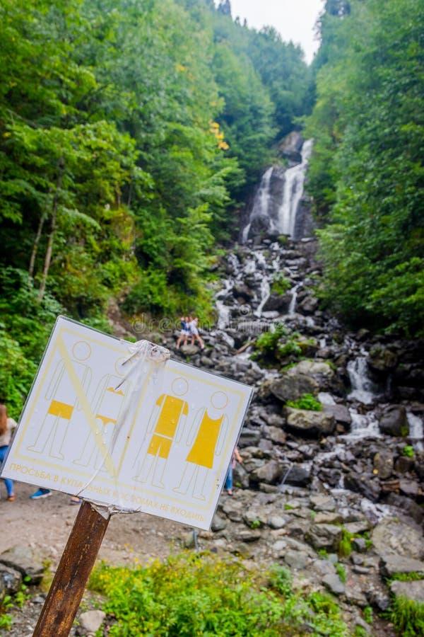 Molochny mjölkaktig vattenfall, Abchazien royaltyfri foto