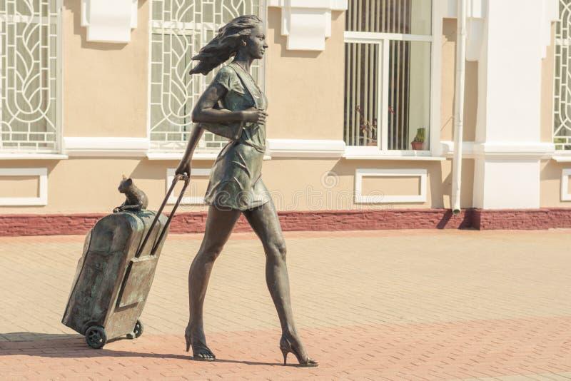 Molodechno, Vitryssland 07 21 2019 Skulptur 'En passagerare med resväska på hjul' royaltyfria bilder