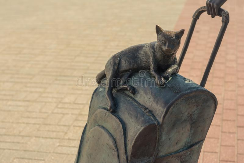 Molodechno, Vitryssland 07 21 19 Skulpturen 'Passagerare' Katt på en resväska med hjul Järnvägsstation ' royaltyfri fotografi