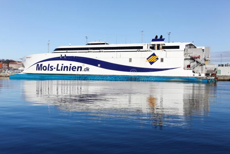 Mols linien le ferry au port d'Aarhus au Danemark images stock